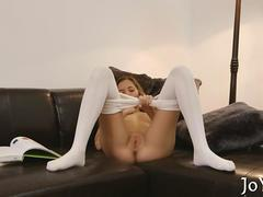 Solo gal puts her dildo in work