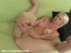 Jayda Diamonde fills her pussy with a humongous dildo